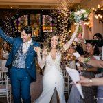 Novios recién casados saliendo de la ceremonia en el Casino de Santander