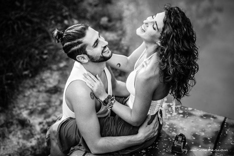 Pareja de enamorados subidos a un 4x4 en una sesión de fotos en Cantabria