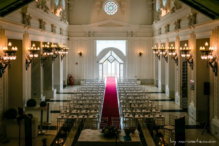 Preparacion del hall del Gran Casino del Sardinero para una ceremonia civil
