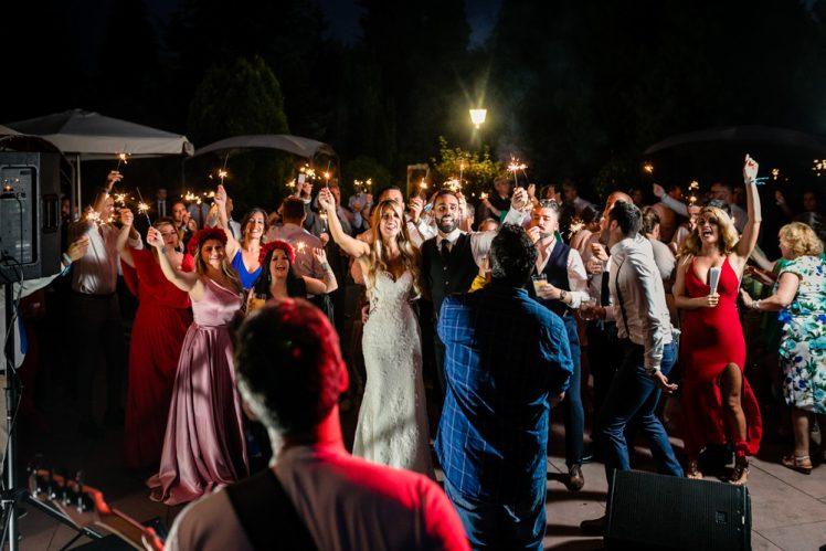 Unos novios dándolo todo en un concierto de música en directo en una boda