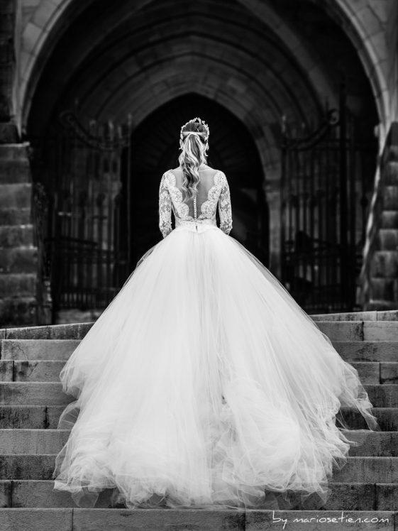 Novia de espaldas mirando a la Catedral de Santander vestido de Rosa Clara