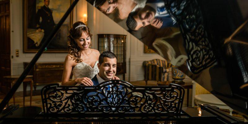 Novios en el salón del piano en el Palacio de la Magdalena después de casarse