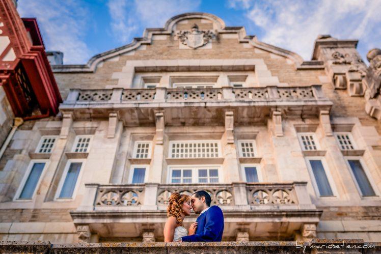 Novios besándose en el Palacio de la Magdalena de Santander