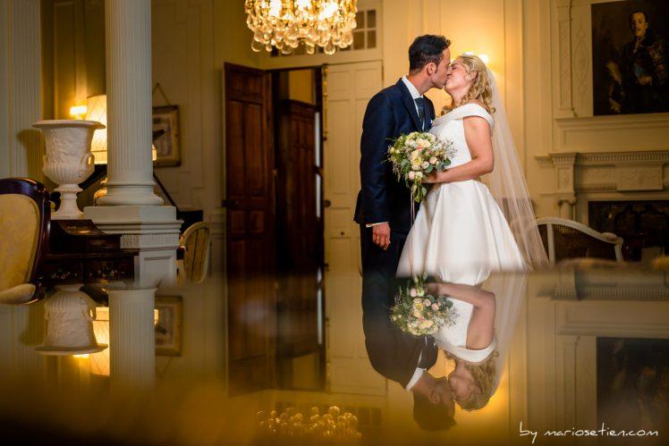 Pareja dándose un beso en el salón del piano en el Palacio de la Magdalena después de la boda civil