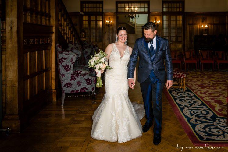 dos novios recién casados salen del Palacio de la Magdalena de Santander tras su boda