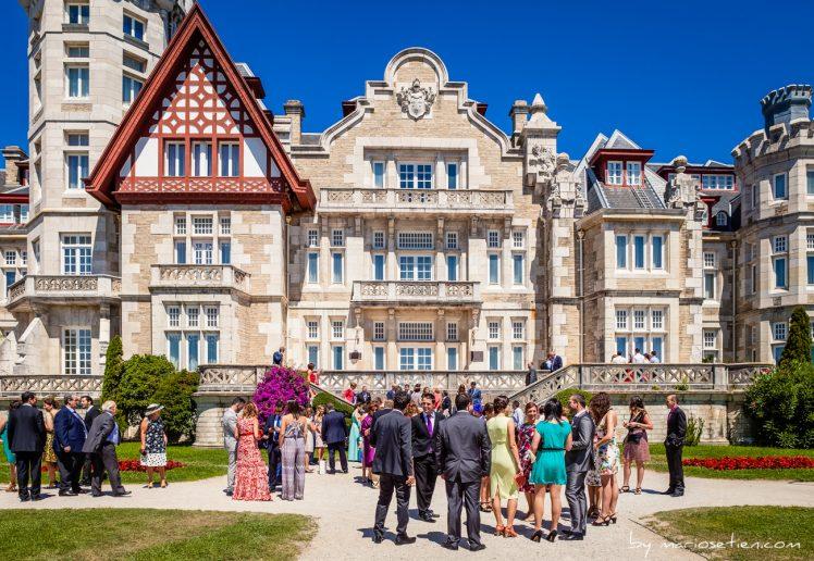 Invitados esperando a los novios a que salgan, tras la boda en el Palacio de la Magdalena