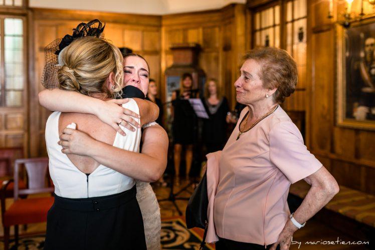 Novia emocionada abrazando a su madre en el Palacio de la Magdalena de Santander