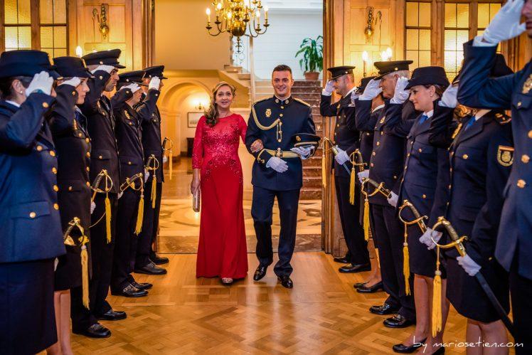 Novio policía rodeado de sus compañeros en una boda en el Palacio de la Magdalenas de Santander