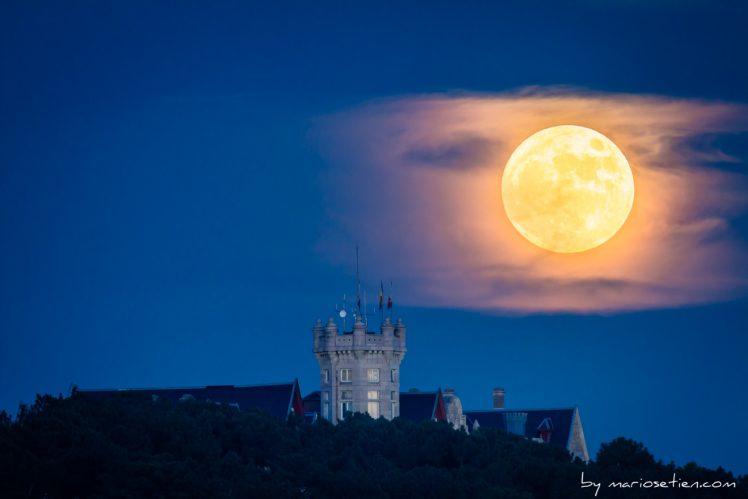 Luna llena sobre el Palacio de la Magdalena