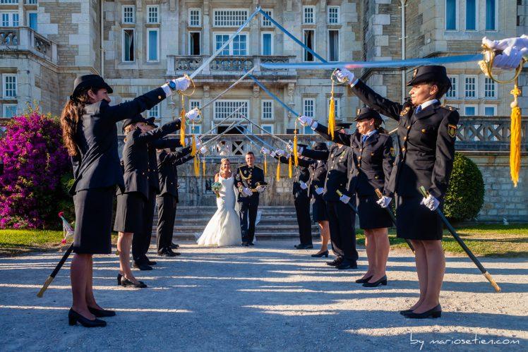 Pasillo de sables de policías en el Palacio de la Magdalena de Santander tras una boda civil