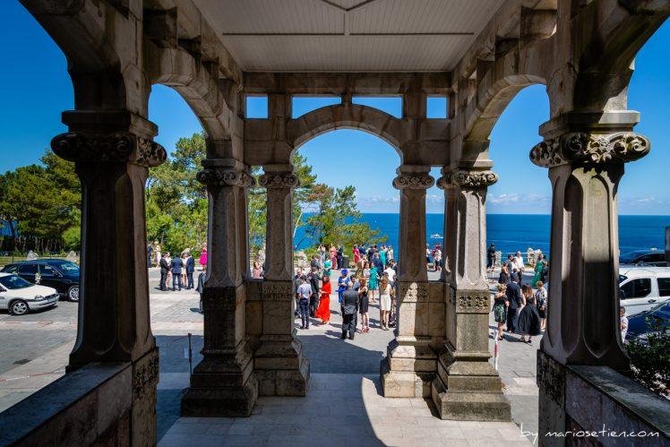 Puerta de entrada del Palacio de la Magdalena con invitados esperando a entrar a una boda civil