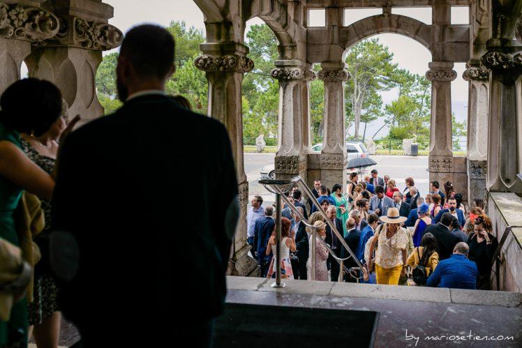 Invitados a cubierto en una boda con lluvia en el Palacio de la Magdalena