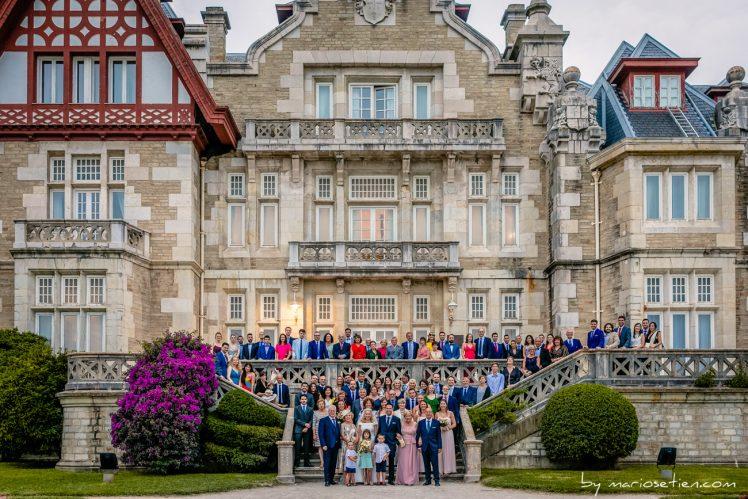 Fotos de grupo de familiares e invitados a una boda en el Palacio de la Magdalena