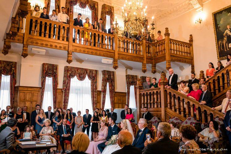 Invitados de una boda del Palacio de la Magdalena viendo a los novios