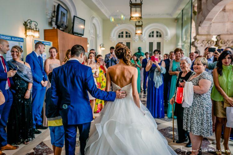 Salida de una boda civil con lluvia del Palacio de la Magdalena por la puerta de entrada