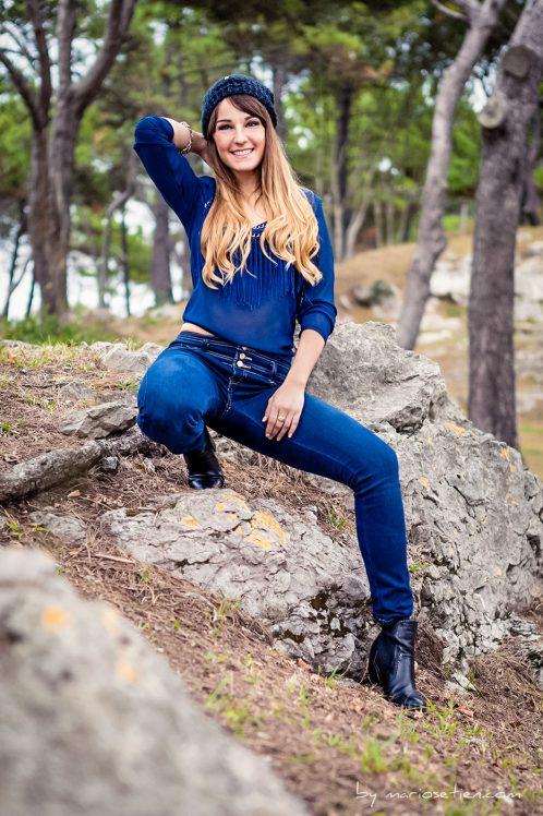 modelo posando sobre una roca en el Palacio de la Magdalena de Santander