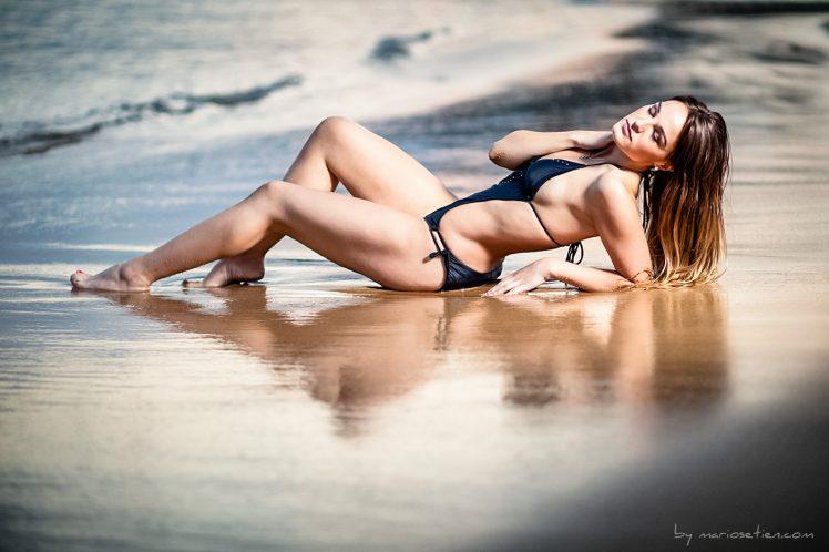 modelo posando en bikini en la playa de la Magdalena de Santander