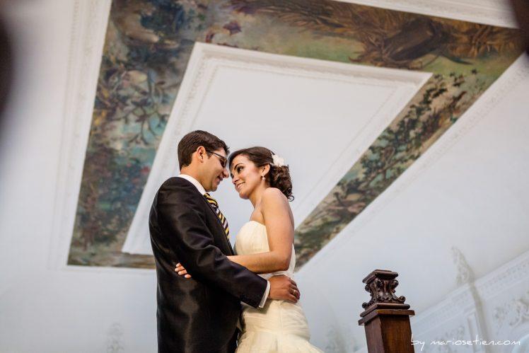 Novios en actitud cariñosa durante el día de su boda en el Casino de Santander
