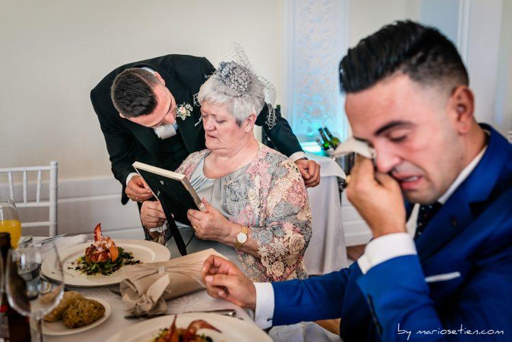 fotograma de un vídeo de boda en Cantabria donde se ve el novio entregando regalos y sus familiares emocionados