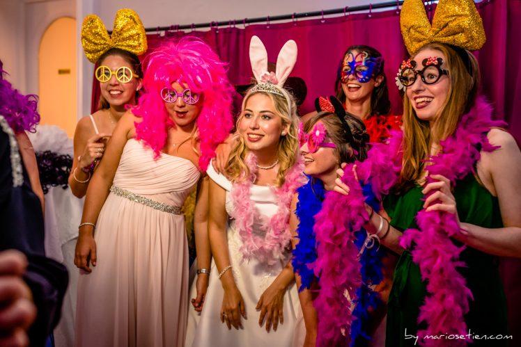 Novia y sus amigas disfrutando del baile en el Casino de Santander