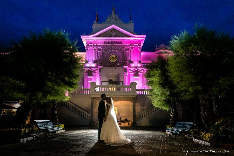 Novios a la llegada al banquete en el Casino de Santander en una boda de tarde noche