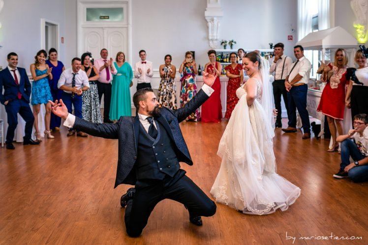 Baile y fiesta de los novios durante su boda en el Casino de Santander