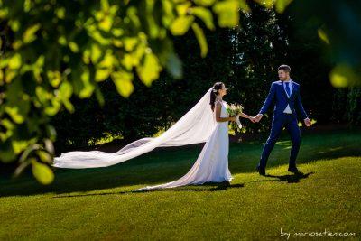 novios de la mano en la Finca Rovallines de bodas en Cantabria