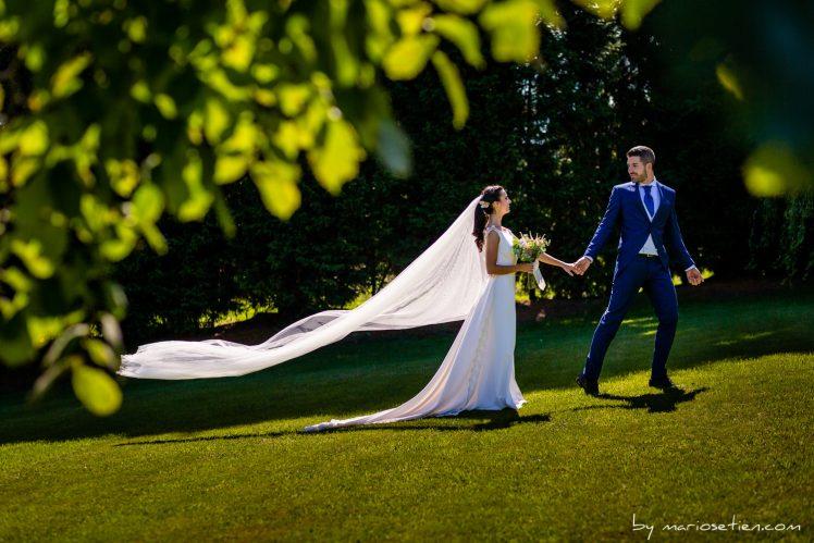 sesión de fotos de novios cogidos de la mano en la Finca Rovallines de bodas en Cantabria