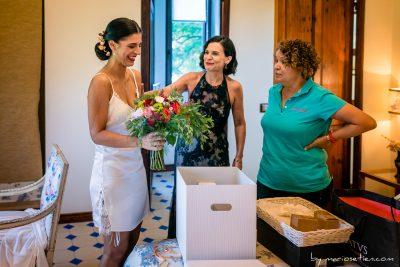 Preparativos de una novia para una boda en la Casona de las Fraguas en Cantabria, momento ramo