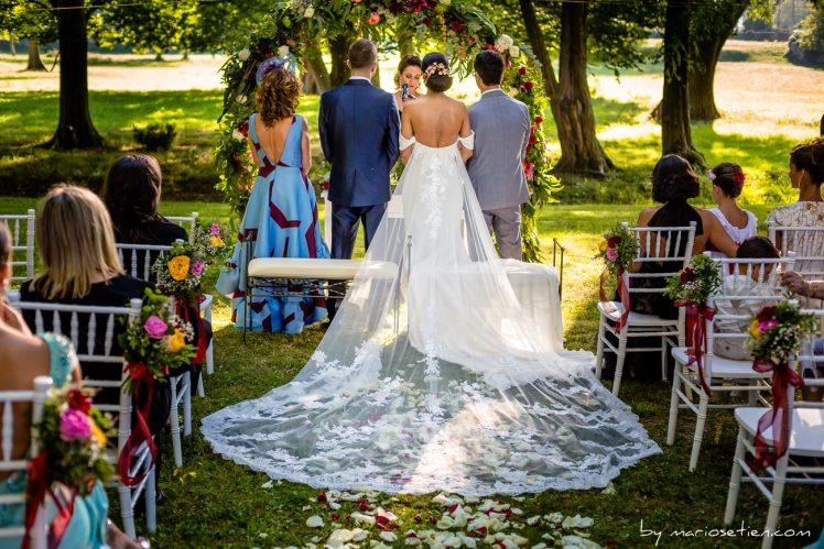 Novios de espaldas en una boda civil