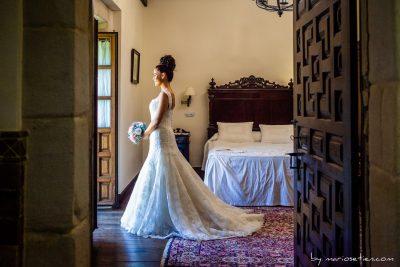 Novia durante una vez preparada en su habitación del hotel Palacio de Caranceja