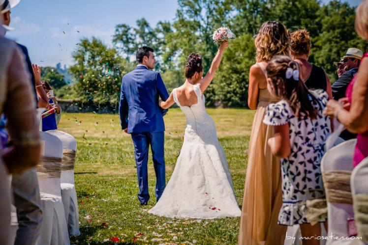 Novios recién casados tras la boda religiosa un domingo en el Palacio de Caranceja