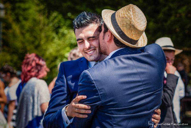 Novio siendo felicitado por sus amigos en una boda en el Palacio de Caranceja