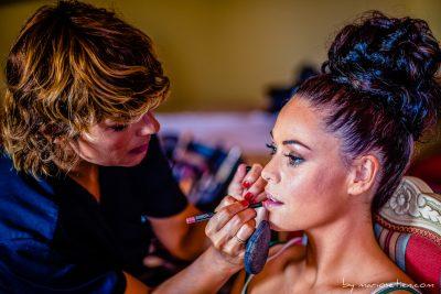 Novia siendo maquillada en los preparativos de una boda en el Palacio de Caranceja