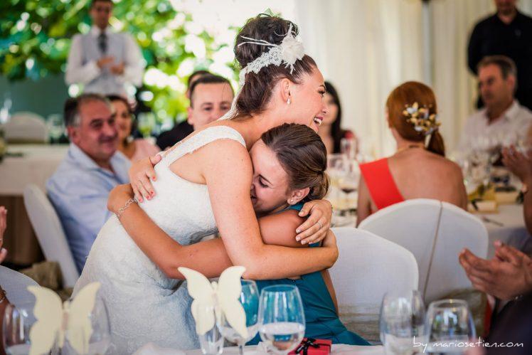 Novia abrazando a su amiga en una boda en el Palacio de Caranceja en Cantabria