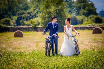 En Palacio de Caranceja tiene muchos ambientes fotogénicos para las bodas, como el usado con estos novios