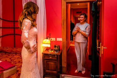 Madre de la novia sorprendida durante una boda en una habitación del Palacio de Soñanes