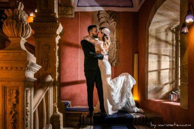 Recién casados, tras la ceremonia de su boda en las escaleras del Palacio de Soñanes