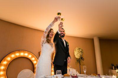 Novios brindando durante una boda en Villacarriedo