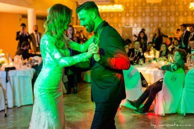 Novios Bailando en el Palacio de Soñanes el día de su boda