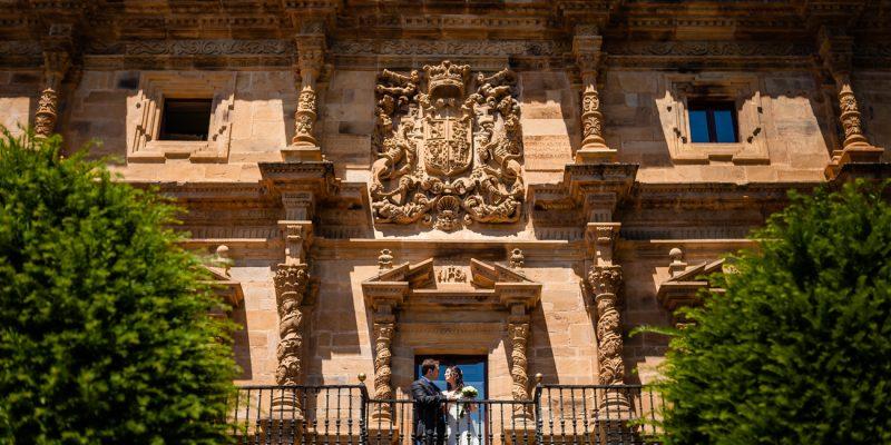 Sesión de novios en el balcón del Palacio de Soñanes