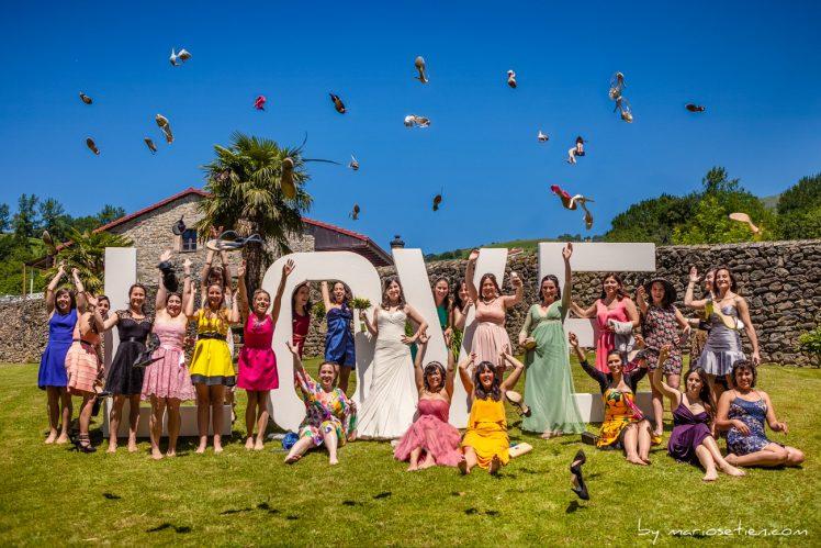 Foto divertida del grupo de las chicas en una boda en el Palacio de Soñanes