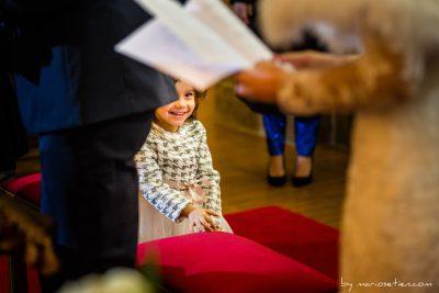 Mirada atenta de una sobrina pequeña en la boda de su tío en Villacarriedo