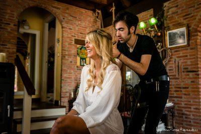 Novia y peluquero en los preparativos de la boda