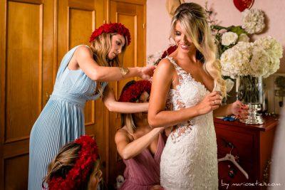 Damas de honor vistiendo a la novia en Rovallines