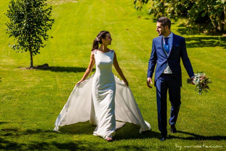 Novios paseando por Rovallines el día de su boda