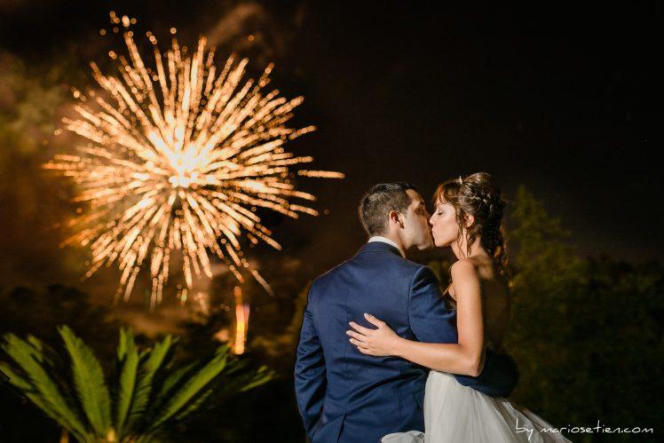 Espectáculo de fuegos artificiales en Caviedes durante una boda