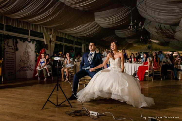 Novios viendo un vídeo sorpresa en Rovallines el día de su boda