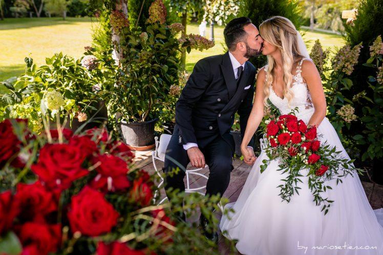 Novios besándose durante la ceremonia civil de su boda