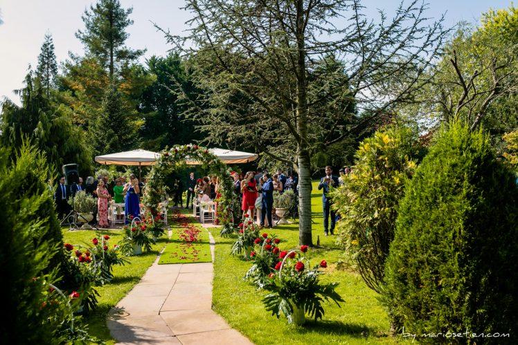 Expectación máxima a la espera de la entrada de la novia en Rovallines